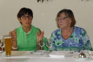Carola Czyzewski, Präsidentin des ZC Schwetzingen, und Gudrun Antoni, Vize-Präsidentin von Zonta Weinheim begrüßen die Gäste